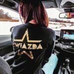 czarna_bluza_ze_zlotym_nadrukiem_gwiazda02