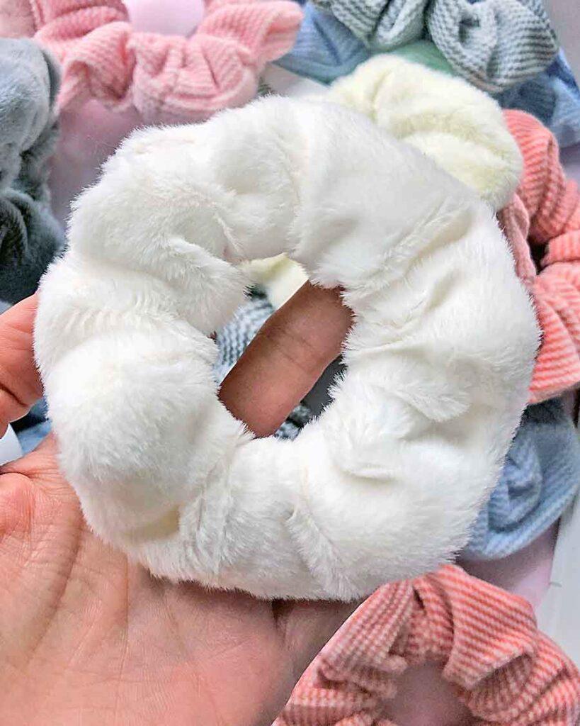 scrunchie futerkowa biała