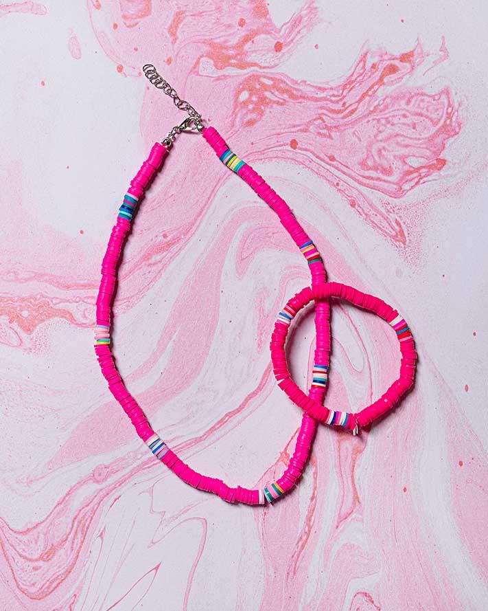 różowy naszyjnik i bransoletka